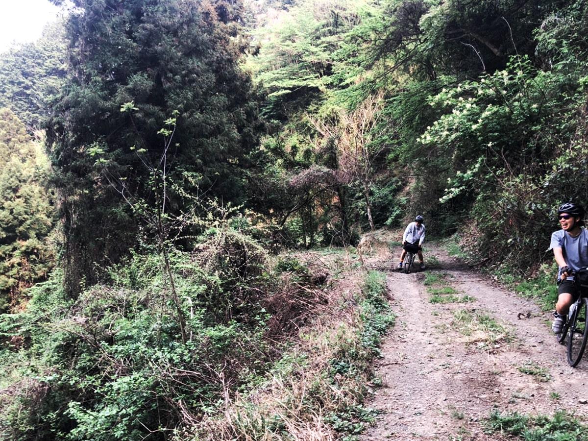 山サイ/道で二人